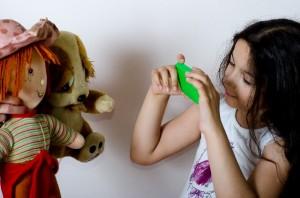 人形 ごっこ遊び 画像